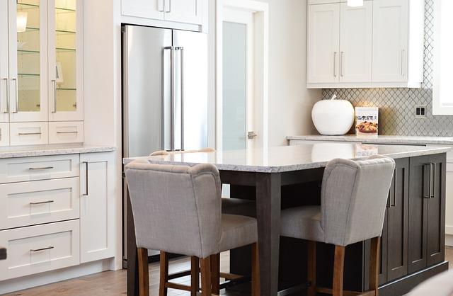 šedé židle, bíločerná kuchyně