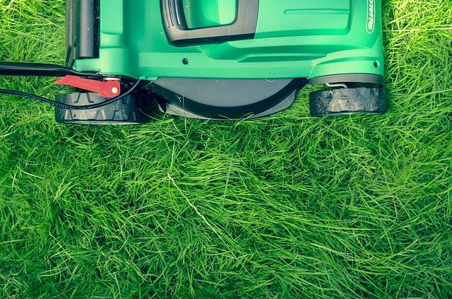 zelená sekačka na trávu
