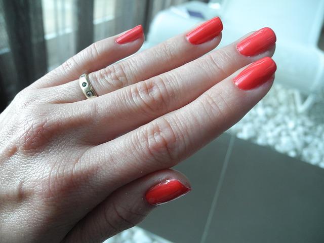 ruka s prstýnkem