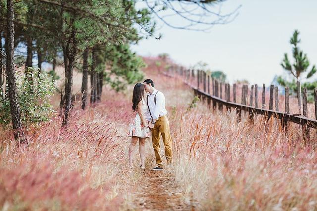 muž a žena u plotu