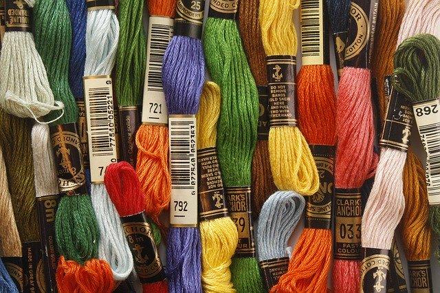 hromádka různobarevných bavlnek
