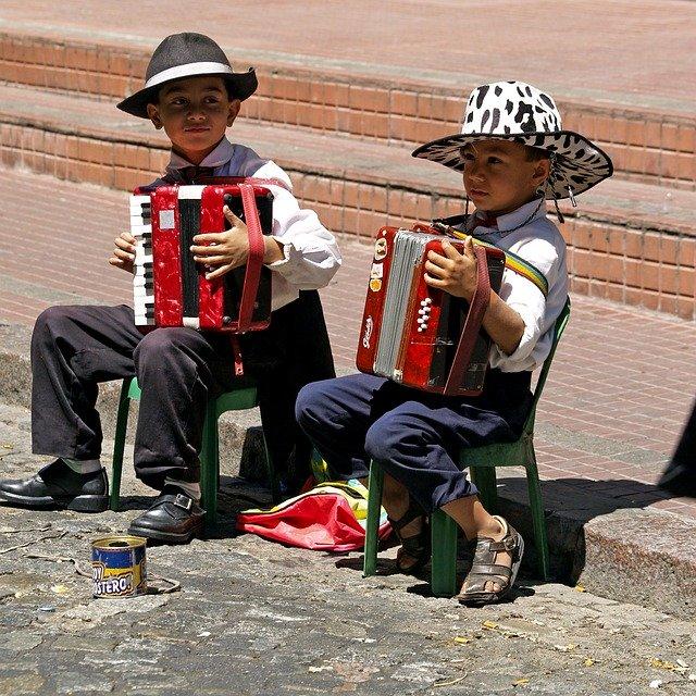 děti při hře na tahací harmoniku